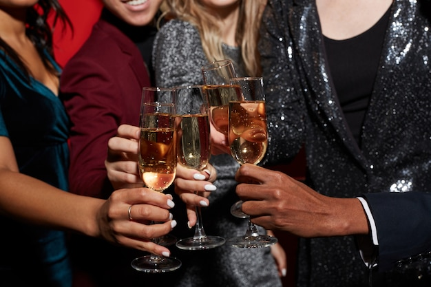 Primer plano de amigos brindando en la fiesta