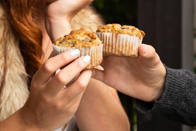 Primer plano de amigos con cupcakes