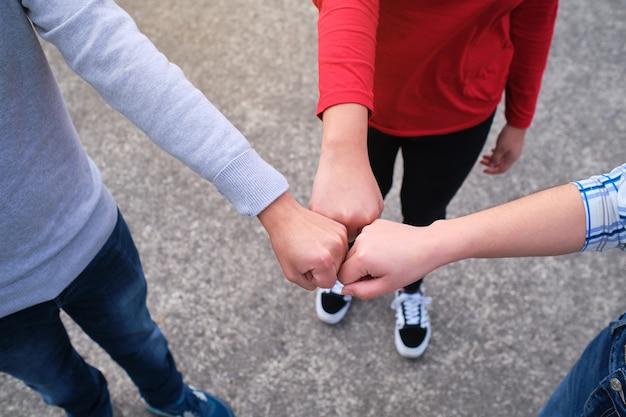 Primer plano de amigos haciendo un gesto de golpe de puño