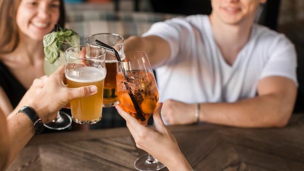 Primer plano de amigos tostado bebidas