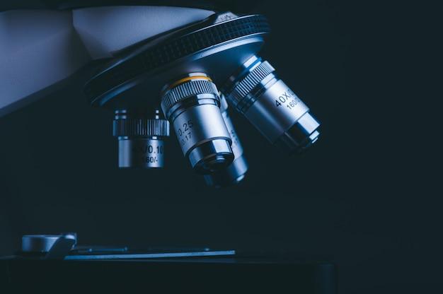 Primer plano del análisis de datos del microscopio científico en el laboratorio de ciencias médicas