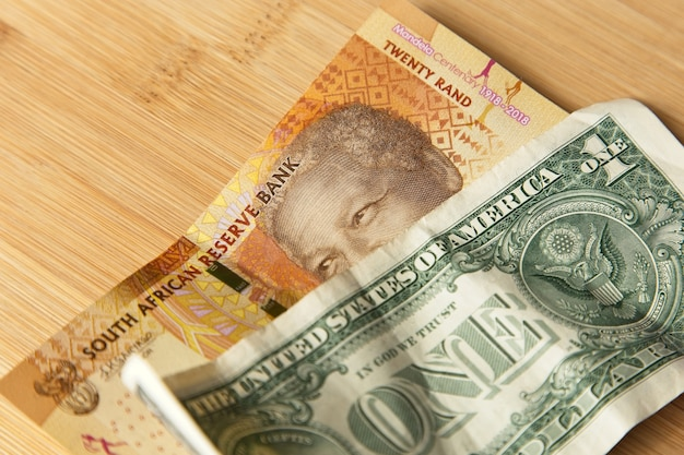 Primer plano de ángulo alto de un poco de dinero en efectivo en la superficie de madera