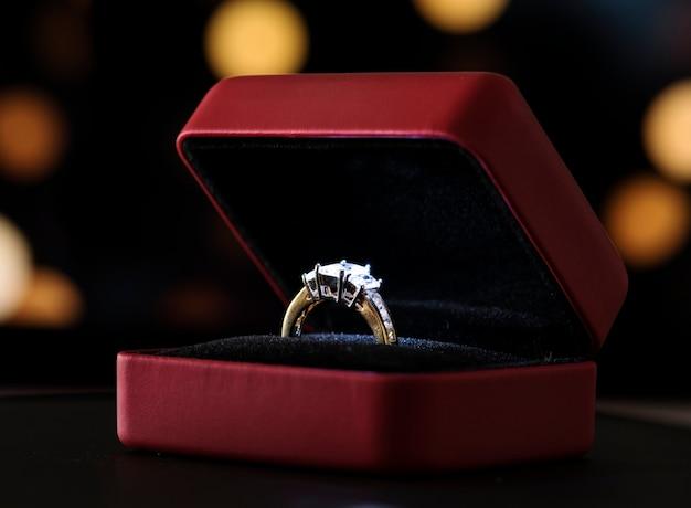 27a1e6c985e4 Primer plano de la mano del hombre poniendo el anillo de compromiso ...