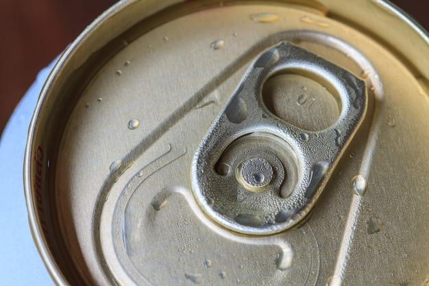 Primer plano del anillo de tiro en una lata de bebida