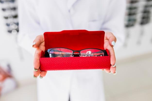 Primer plano de anteojos en estuche rojo