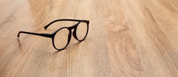 Primer plano de anteojos en la mesa