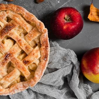 Primer plano de apetitoso pastel y manzanas