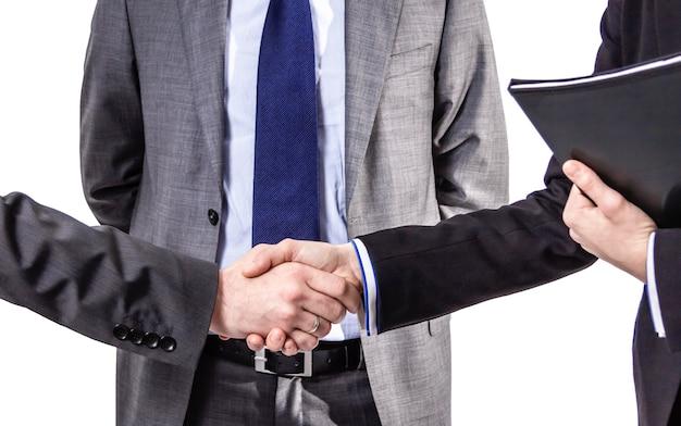 Primer plano de un apretón de manos de negocios para cerrar trato aislado sobre fondo blanco.