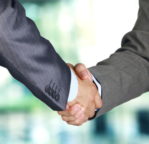 Primer plano de un apretón de manos de negocios entre dos colegas