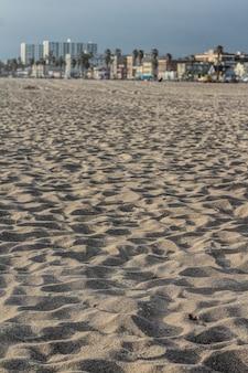 Primer plano de arena en una playa en california