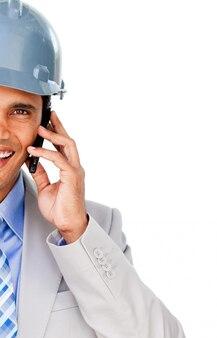 Primer plano de un arquitecto con un casco en el teléfono