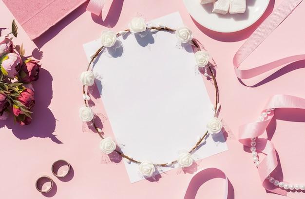Primer plano de arreglo de boda rosa plano