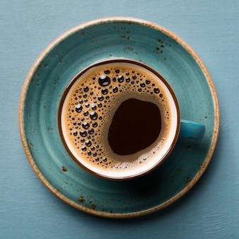 Primer plano de arreglo de café creativo plano