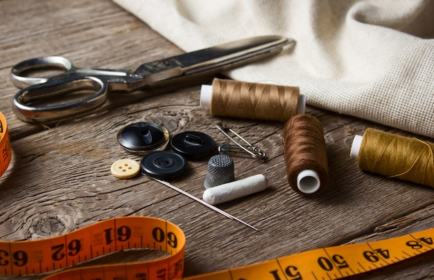 Primer plano del artículo de costura en la mesa de madera
