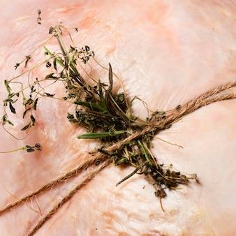 Primer plano atado pavo con hierbas