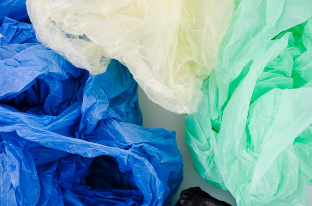 Primer plano de azul; bolsa de plástico verde y blanca