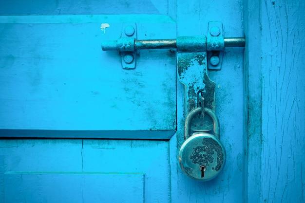 Primer plano azul puerta de madera con cerradura