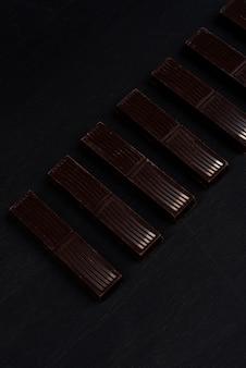Primer plano de azulejos de barra de chocolate negro en una fila