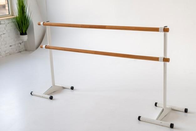 Primer plano de ballet indors studio barandilla