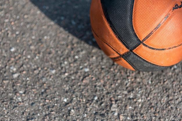 Primer plano de baloncesto sobre asfalto