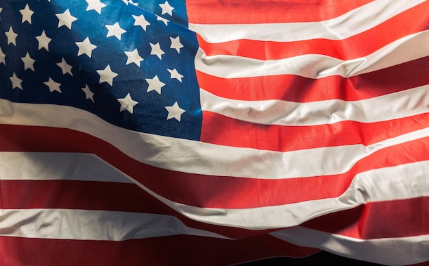 Primer plano de la bandera americana con volantes