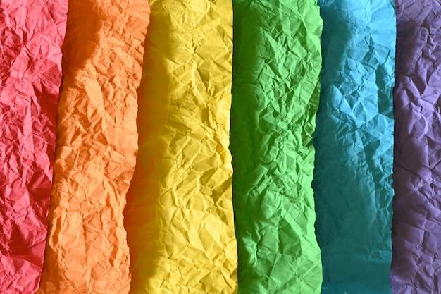 Primer plano de la bandera del orgullo gay hecha con papel arrugado, con espacio de copia