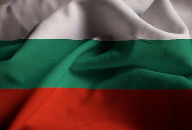 Primer plano de la bandera de ruffled bulgaria, bandera de bulgaria soplando en el viento