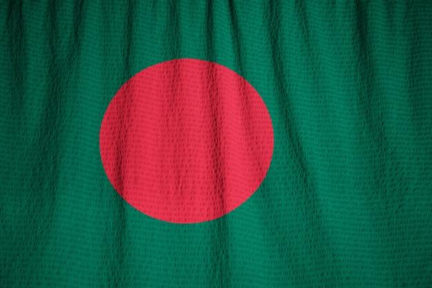 Primer plano de la bandera con volantes de bangladesh, bandera de bangladesh soplando en el viento