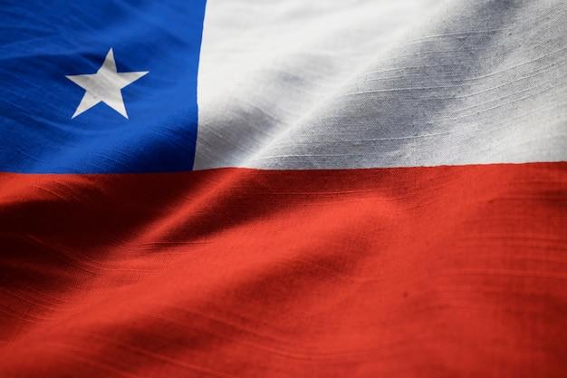 Primer plano de la bandera con volantes de chile, bandera de chile soplando en el viento