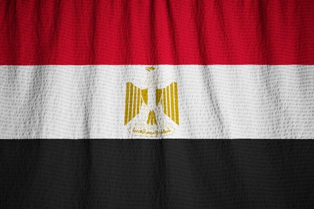 Primer plano de la bandera con volantes de egipto, bandera de egipto soplando en el viento