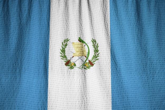 Primer plano de la bandera con volantes de guatemala, bandera de guatemala soplando en el viento