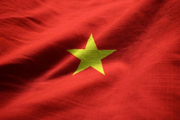 Primer plano de la bandera con volantes de vietnam, bandera de vietnam soplando en el viento