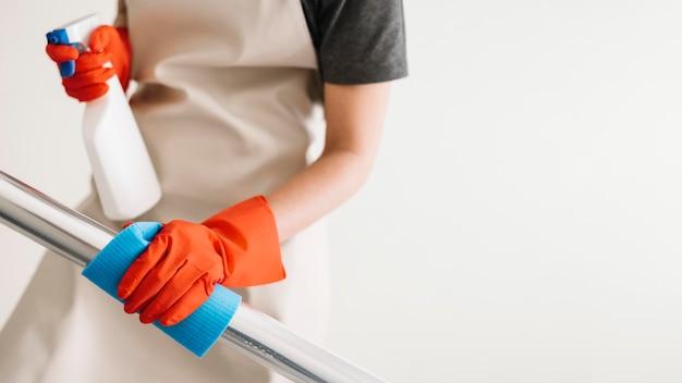 Primer plano de barandas de limpieza para adultos