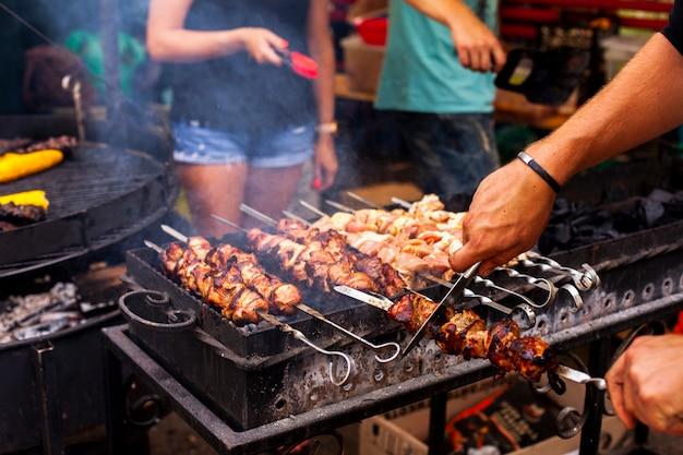 Primer plano de barbacoa con carne fresca