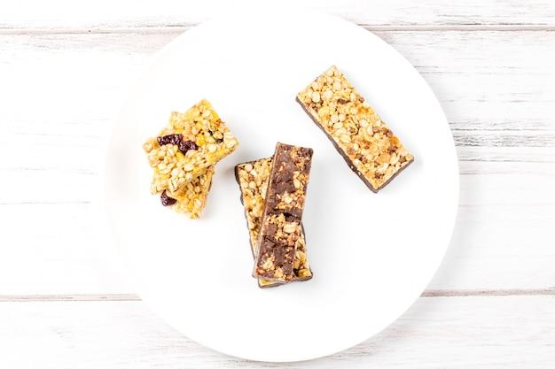 Primer plano de barras de granola de chocolate, frutas y bayas
