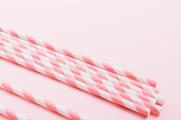 Primer plano de bastones de caramelo sobre fondo rosa