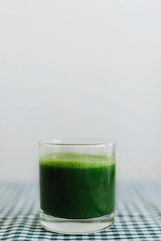 Primer plano de batido verde en vidrio