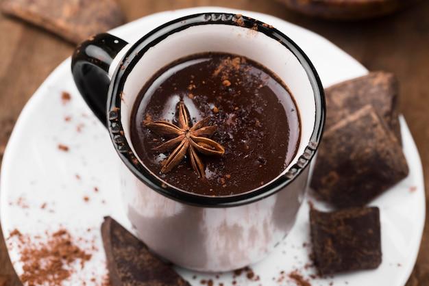 Primer plano de bebida aromática de chocolate caliente