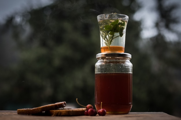 Primer plano de una bebida casera saludable en un frasco