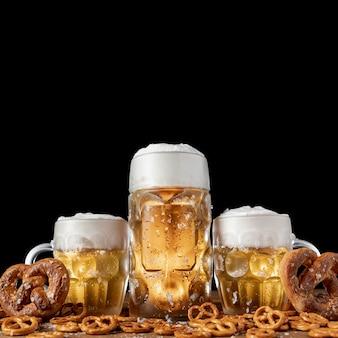 Primer plano de bebidas y aperitivos bávaros
