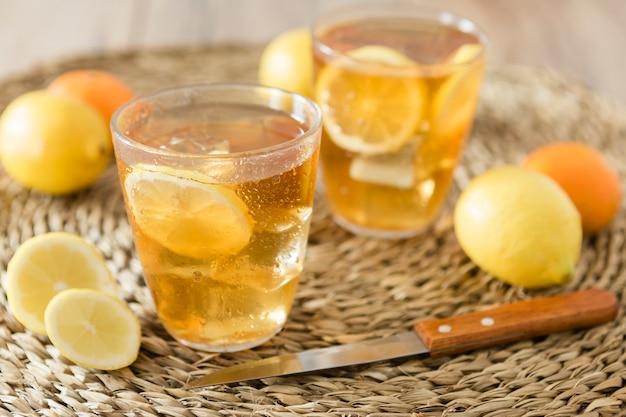 Primer plano de bebidas con rodajas de limón