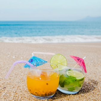 Primer plano, bebidas, servido, playa
