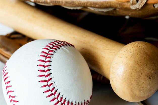Primer plano de béisbol y bate