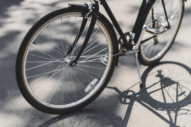 Primer plano de la bicicleta estacionada en la calle en la luz del sol