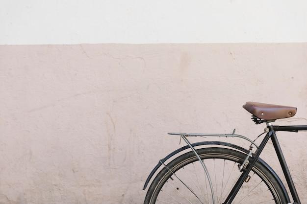 Primer plano de una bicicleta frente a una pared pintada