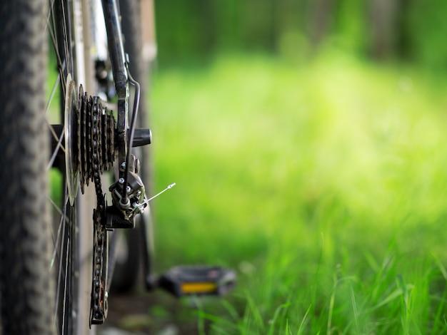 Primer plano de bicicleta de montaña en el espacio de copia de fondo verde bosque de verano