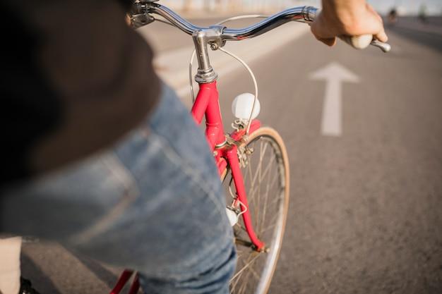 Primer plano de la bicicleta de montar a caballo ciclista