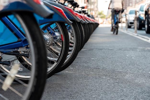 Primer plano con bicicletas y fondo urbano borroso