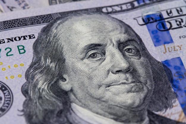 Primer plano de un billete de cien dólares. retrato de benjamin franklin