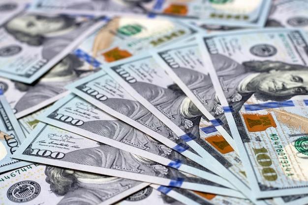 Primer plano de billetes de cien dólares estadounidenses, fondo de dinero